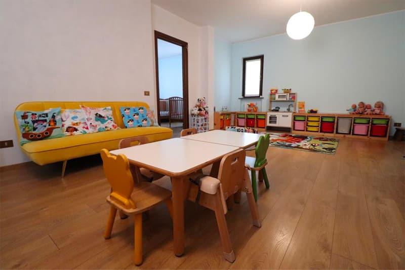 Vista sala da pranzo ed area giochi dell'asilo nido di Albairate