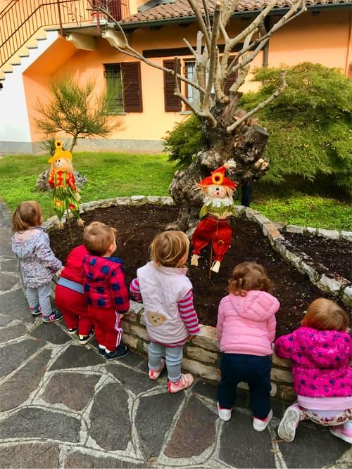 Bambini sotto l'ulivo nel giardino dell'asilo nido La Tana delle Birbe di Albairate